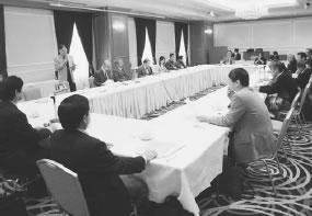 20人が出席して開かれた下京東部医師会との懇談会