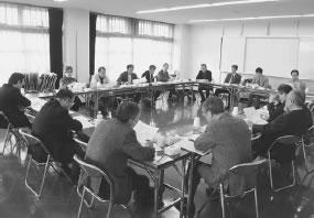 16人が出席して開かれた乙訓医師会との懇談会