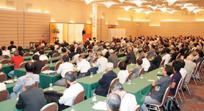 聴衆を魅了した鷲田氏の記念講演会