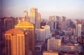 ホテルの窓からの眺め(朝日に輝く)