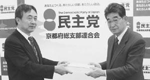 (左から)小林・鈴木市会議員と懇談する垣田副理事長