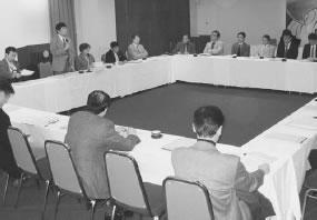 24人が出席して開かれた亀岡市・船井医師会との懇談会