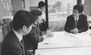 (右から)池上京都府医療企画課長と懇談する垣田副理事長と尾崎理事
