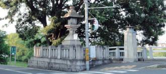 桂大橋西詰の灯篭