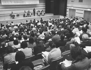 シンポジウムで示された憲章・基本法の草案を熱心にきく聴衆