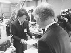 テレビ取材の中、京都市の担当者に要請書を渡す