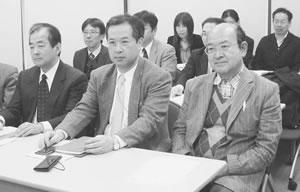 国税局との懇談に臨む参加者(前列中央が内田副理事長)