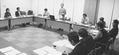 京都府の山口課長から説明を受けた第1回地域包括ケア検討委員会