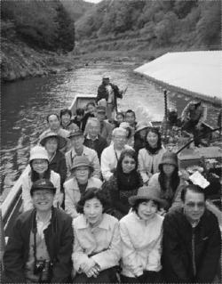 保津川下りを楽しむ参加者