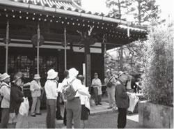 廬山寺を見学する一行