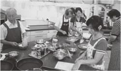 料理に腕をふるう参加者