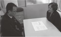 京都市担当者に申し入れをする垣田副理事長(右)