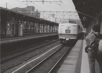 朝の直江津駅快速「くびきの」優等列車