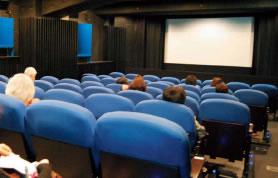 開演を待つ京都シネマのスクリーン