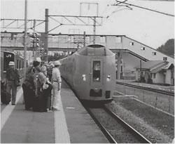 蟹田駅で特急「白鳥9号」に乗り換える