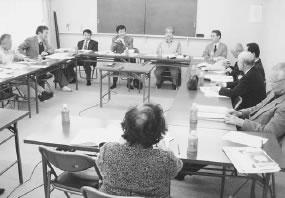 12人が参加して開かれた右京医師会との懇談会