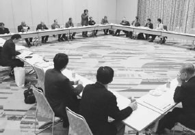21人が参加して開かれた亀岡市・船井医師会との懇談会