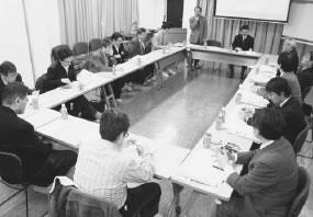 16人が参加して開かれた山科医師会との懇談会