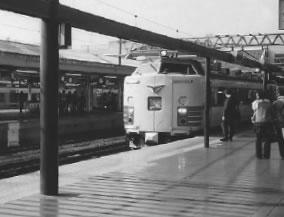 JR京都駅0番線に入る特急「雷鳥」