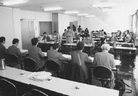 23人が参加して開かれた下京西部医師会との懇談会
